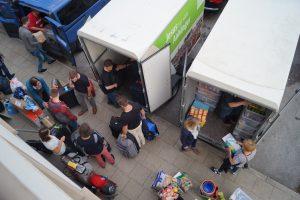 Blick von oben auf die Leiter und Kochleute die die Begleitfahrzeuge für die Kinderfreizeit beladen